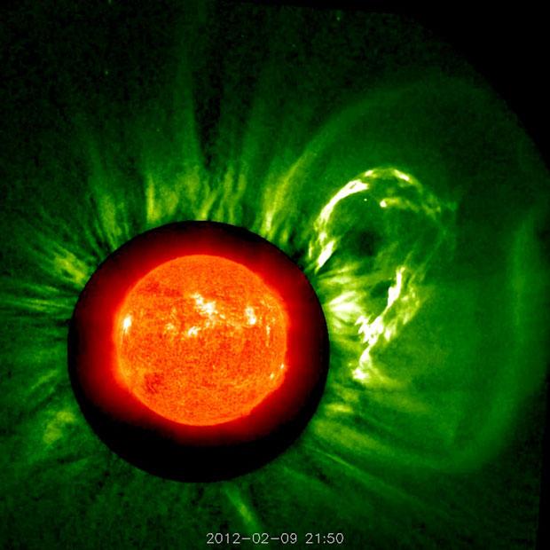 A imagem combina observações de vários instrumentos para mostrar o início de uma erupção solar. No processo, uma grande nuvem de partículas é liberada no espaço durante um período de dez horas. A imagem em laranja é o Sol visto pela luz ultravioleta. À direita, um filamento é expelido. A imagem em verde é uma combinação com a observação feita pelo coronógrafo COR1, um aparelho projetado para estudar a coroa solar (Foto: ESA/Nasa/Soho)