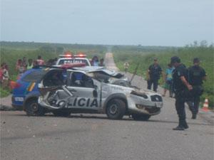 Viatura policial ficou destruída (Foto: Carlos Oliveira / TV Grande Rio)
