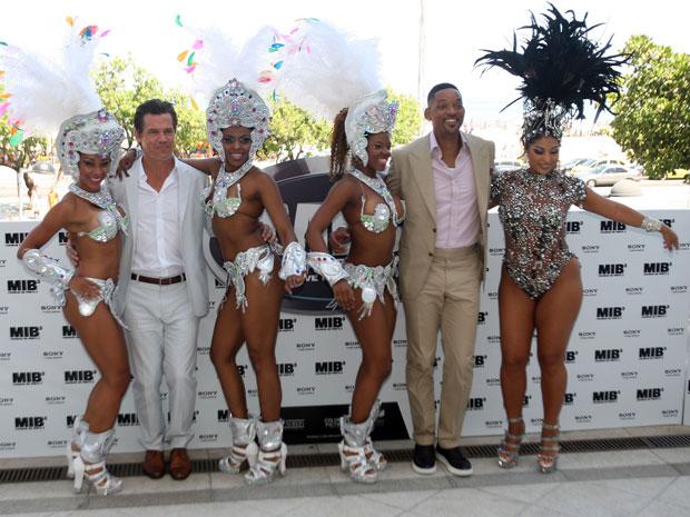 """Os atores Will Smith e Josh Brolin  posam para os fotógrafos no lançamento do filme """"MIB³: Homens de Preto 3"""" (Men in Black 3), no Hotel Copacabana Palace, zona sul do Rio de Janeiro.  (Foto: AE)"""