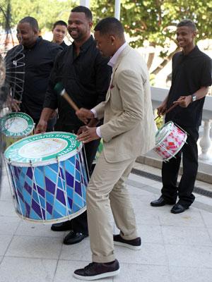 """O ator Will Smith toca o surdo de um ritmista no lançamento do filme """"MIB³: Homens de Preto 3"""" (Men in Black 3), no Hotel Copacabana Palace, zona sul do Rio de Janeiro (Foto: AE)"""