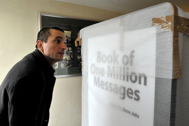 Húngaro prepara o lançamento de um livro gigante em homenagem a Steve Jobs (Foto: Gergely Besenyei/AFP)