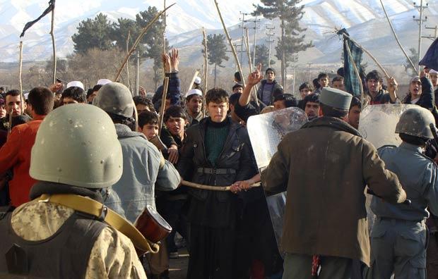 Polícia detém manifestantes nesta sexta-feira (24) na província afegã de Baghlan (Foto: AP)