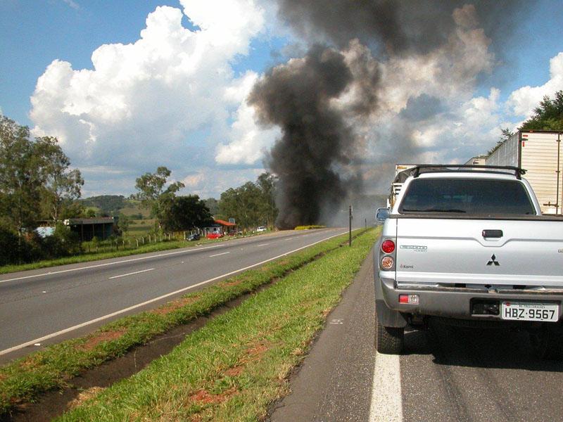 Grave acidente interdita trânsito na Fernão Dias