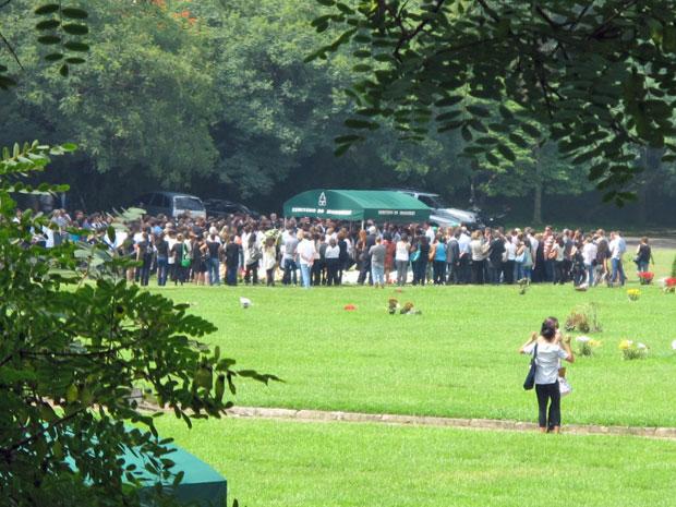 Cerca de 300 pessoas foram ao enterro (Foto: Marcelo Mora/G1)