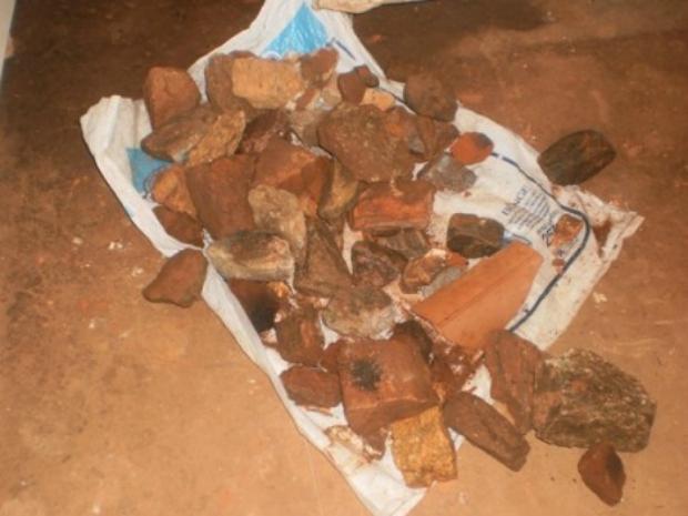 Pedras sãoa tiradas no telhado em todos os cômodos da casa segundo a família (Foto: Pedro Abílio/Colaboração)