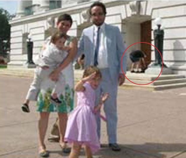 Em agosto de 2010, uma foto do casal americano John e Katharine Myers com os filhos Charlie e Matilda em frente do capitólio do estado do Wisconsin (EUA), em Madison, revelou uma surpresa. Um ladrão apareceu na imagem no momento em que roubava pertences da família. (Foto: Reprodução)