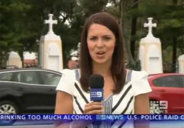 Em outubro de 2011, a repórter Alison Ariotti, da emissora de TV 'Nine News', estava apresentando uma notícia sobre a visita da rainha Elizabeth II a Perth, na Austrália, quando a câmera flagrou ao fundo um motorista batendo o carro na traseira de outro veículo. (Foto: Reprodução)