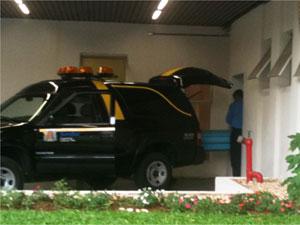 Corpo é levado para IML de Jundiaí (Foto: Mônica Gimenez)