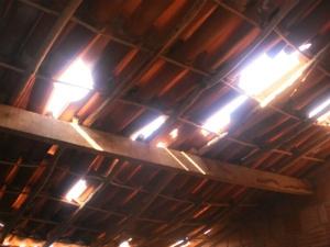 Telhado da casa era danificado todos os dias (Foto: Pedro Abílio/Colaboração)