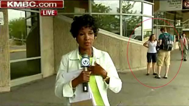 Em agosto de 2011, um pedido de casamento foi flagrado sem querer pelas câmaras da emissora de TV 'KMBC'. Durante uma reportagem ao vivo no aeroporto internacional de Kansas City, no estado do Missouri (EUA), as câmeras acabaram mostrando, ao fundo, Josh Mullin pedindo a namorada Ashlee Baldwin em casamento. (Foto: Reprodução)
