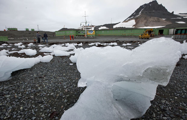 Imagem de 2011 mostra a Estação Antártica Comandante Ferraz, base científica e militar brasileira localizada na Ilha do Rei George, a 130 km da Península Antártica, na baía do Almirantado (Foto: Agência Estado)