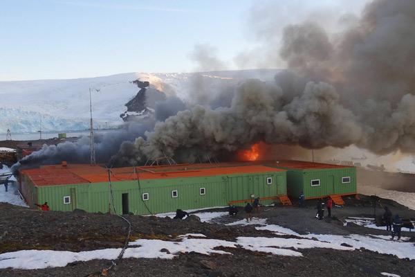 Incêndio em base na Antártida (Foto: Armada de Chile/Reuters)
