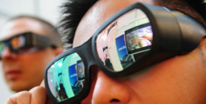 Visitantes de feira de tecnologia testam óculos de 3D. (Foto: Getty Images)