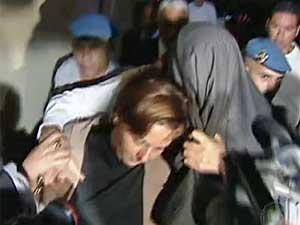 Mizael esconde rosto com um palitó. (Foto: Reprodução / TV Globo)