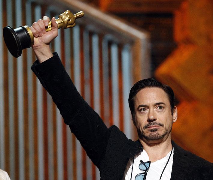 Apresentador de um dos prêmios da noite, Robert Downey Jr. ensaia na véspera do Oscar 2012.