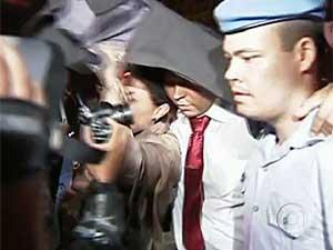 Mizael, escoltado por policiais, foi levado para um presídio militar.  (Foto: Reprodução / TV Globo)