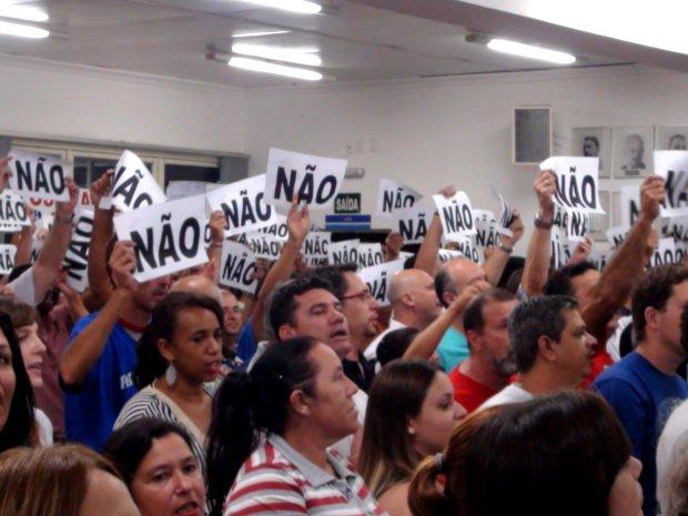 Manifestação durante sessão do impeachment do prefeito de LImeira (Foto: Lana Torres / G1)