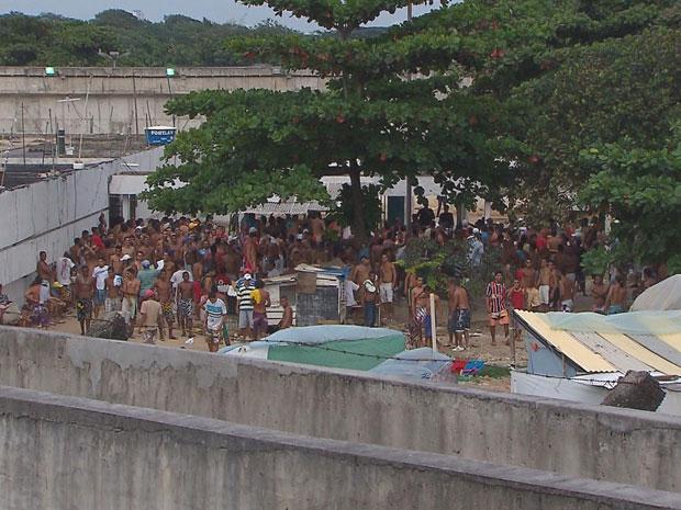 Conflito começou porque presos reclamam da nova administração e demora na entrada de visitantes (Foto: Reprodução/TV Globo)