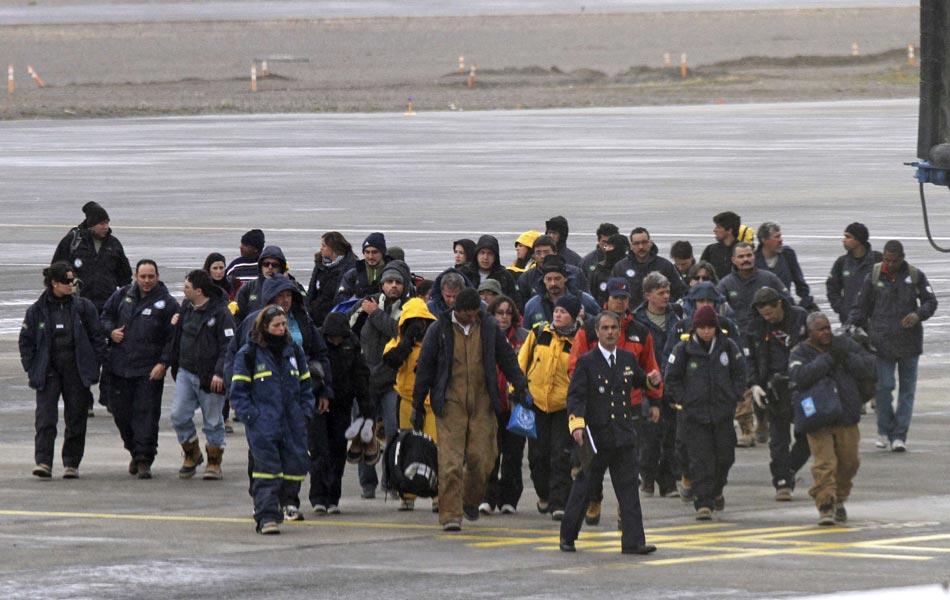 Pesquisadores brasileiros chegam ao aeroporto de Punta Arenas, no Chile, após o incêndio na Estação Antártica Comandante Ferraz