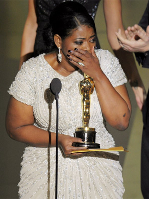 Octavia Spencer se emociona ao receber a estatueta de melhor atriz coadjuvante por seu papel em 'Histórias cruzadas'  (Foto: Mark J. Terrill/AP)
