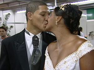 Casal oficializou união de três anos em casamento comunitário no ES (Foto: Reprodução/TV Gazeta)