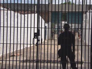 Confusão começou quando presos tentaram invadir a 'gaiola' (Foto: Reprodução/TV Globo)
