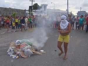 Mulheres bloqueiam a Avenida Libertdade (Foto: Reprodução/TV Globo)