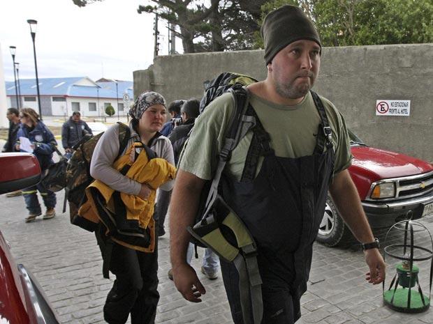 Pesquisadores brasileiros chegam ao aeroporto de Punta Arenas, no Chile, após o incêndio na Estação Antártica Comandante Ferraz (Foto: Reuters/Stringer)