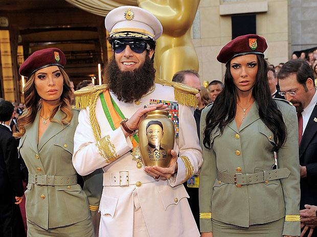 Sacha Baron Cohen caracterizado de Ditador no tapete vermelho do Oscar 2012 (Foto: Chris Pizzello/AP)