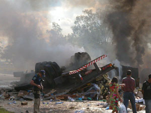 Acidente deixa 2 mortos e 3 feridos. (Foto: Sidney Pimenta)