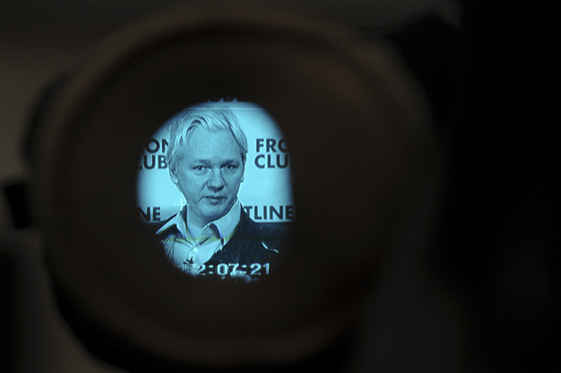 O fundador do WikiLeaks, Julians Assange, durante entrevista coletiva em Londres, nesta segunda (27) (Foto: Carl Court / AFP)