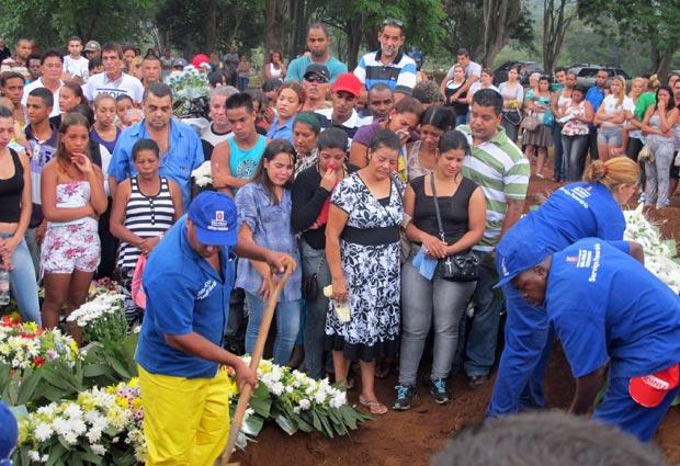 Garoto morto em acidente com jet ski é enterrado (Foto: Marcelo Mora/G1)