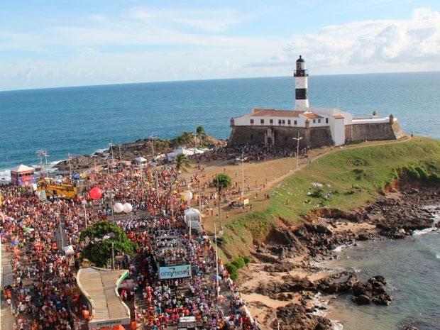 Imagem aérea do início dos desfiles dos blocos no carnaval de Salvador na sexta-feira (17) (Foto: Wesley Costa/ Ag News)