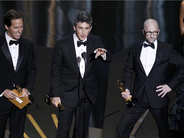Os vencedores do Oscar de roteiro adaptado (da esq.): Alexander Payne, Nat Faxon e Jim Rash, de 'Os descendentes' (Foto: Reuters/Gary Hershorn )