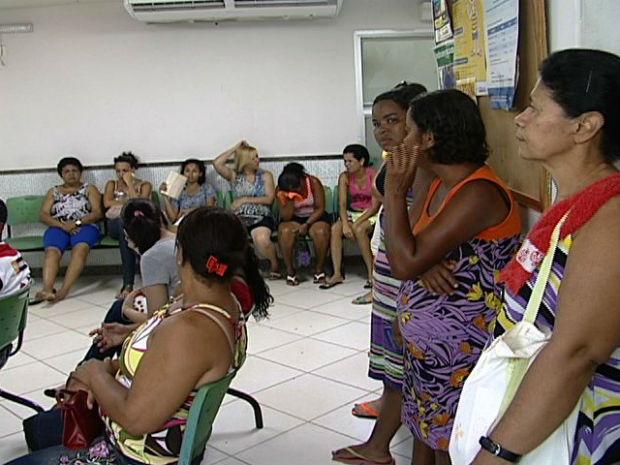 Algumas pessoas tiveram que esperar em pé no PA de Itacibá, na Grande Vitória (Foto: Reprodução/TV Gazeta)