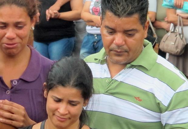 Pais acompanham o enterro (Foto: Marcelo Mora/G1)