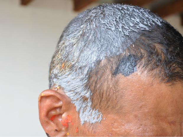 Homem teve corpo e cabeça pintados e diz que foi brincadeira dos colegas (Foto: Ricardo Campos Jr. / G1 MS)