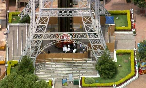 Trabalho da perícia no brinquedo La Tour Eiffel, do parque de diversões Hopi Hari (Foto: Reprodução EPTV)
