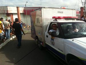 Carro do IML fez a remoção do corpo do piloto (Foto: Carlos Eduardo Matos)