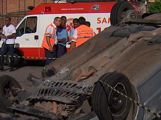 Carro capota e deixa feridos na Avenida Bonocô, em Salvador (Foto: Imagem/TV Bahia)