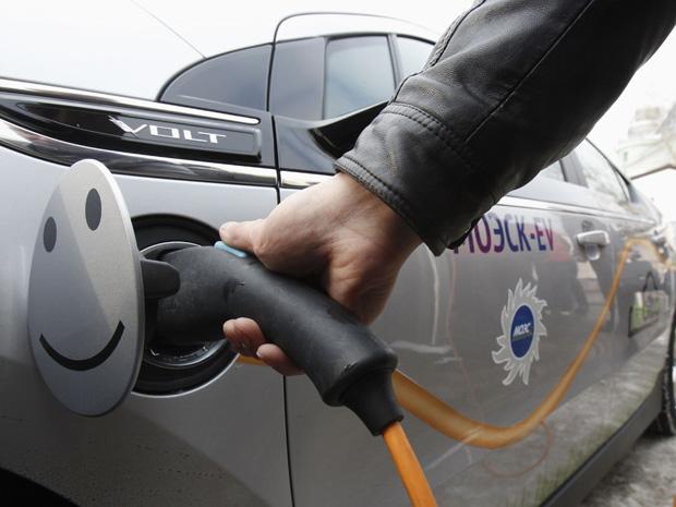 A Moscow United Electric Grid Company (Moesk), empresa de abastecimento de energia de Moscou (Rússia), lançou nesta terça-feira (28) a primeira estação de carregamento de carros elétricos da companhia. O projeto chamado 'Moesk-EV' tem como objetivo chegar a 28 estações de carregamento com diferentes opções, cobrando carregamento de 8 a 10 horas, 4 a 5 horas e de 20 a 30 minutos. O pontos de abastecimento serão distribuídos na região de Moscou. (Foto: Sergei Karpukhin/Reuters)