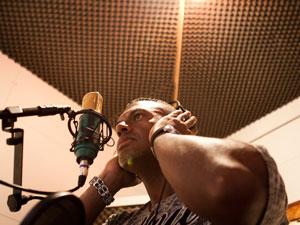 Aldo Gouveia já flanou por bandas de rap ao melodrama de Fabio Junior  (Foto: Caio Kenji/G1)