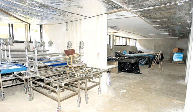Obra parada deixa corpos expostos à decomposição no IML de Goiânia (Foto: Cristiano Borges/O Popular)
