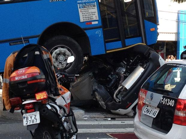 Carro ficou destruído (Foto: Adriano Silva/VC no G1)