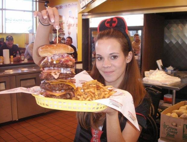 Restaurante do Arizona, nos EUA, batizou um lanche de 'Quadruple Bypass Burger' ('Hambúrguer da Ponte de Safena Quádrupla'), aque conta com 8 mil calorias. (Foto: Reprodução)