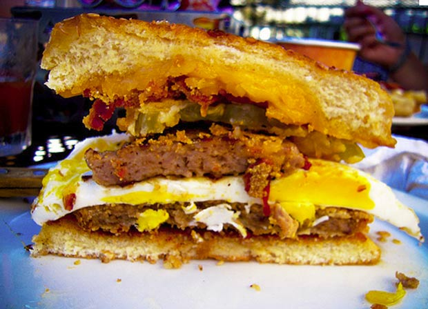 Restaurante de Nova York (EUA) criou o 'Heart Attack Sandwich' (sandu&#237;che do ataque card&#237;aco), que conta com cerca de 3 mil calorias. (Foto: Reprodu&#231;&#227;o)