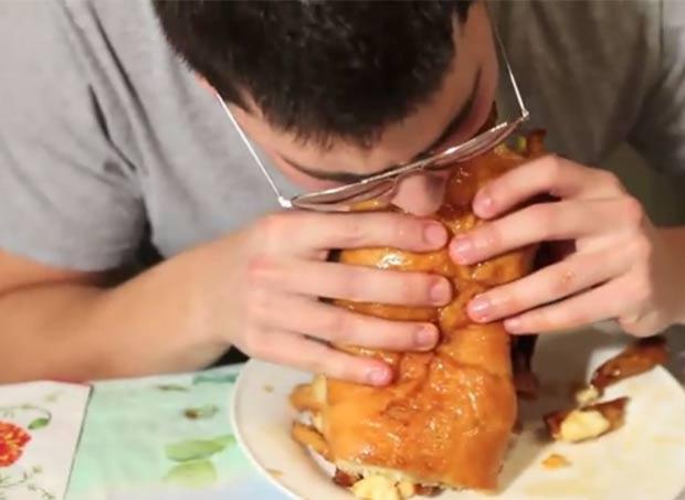 Em 2010, um restaurante de Montreal, no Canadá, criou um sanduíche com mais de 5 mil calorias. A iguaria ganhou o nome de 'Angry French Canadian Sawndwich' (sanduíche franco-canadense raivoso). (Foto: Reprodução)