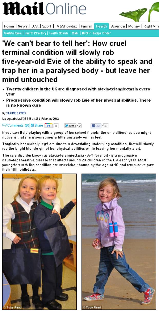Evie, à esquerda, abraçando o irmão mais novo Wilf e caminhando na praia. (Foto: Daily Mail / Reprodução)