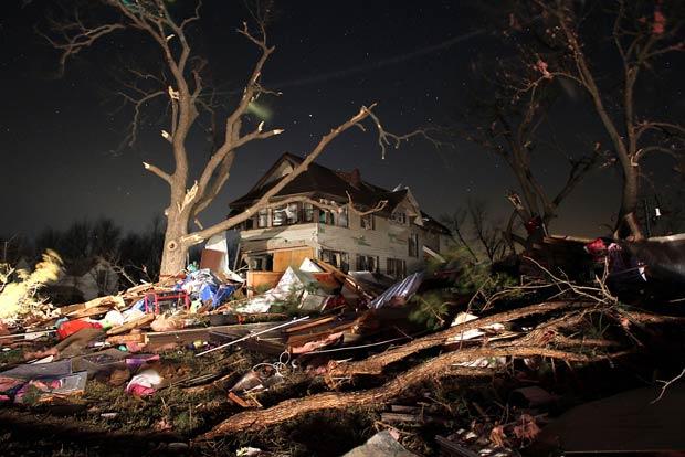 Estragos provocados por tornado em Harveyville, no Kansas, na madrugada desta quarta-feira (29) (Foto: AP)