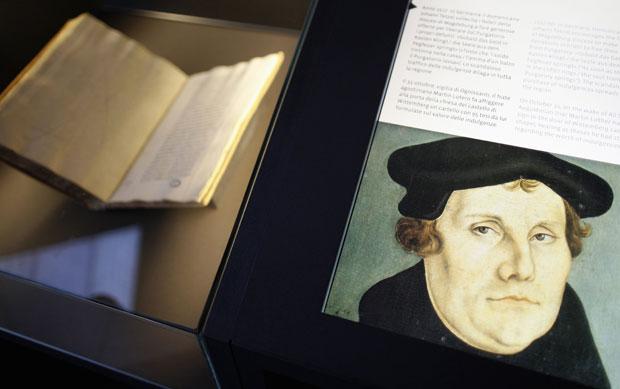 Excomunhão de Martinho Lutero, que deu início ao protestantismo, é um dos processos expostos na mostra (Foto: Tony Gentile/Reuters)